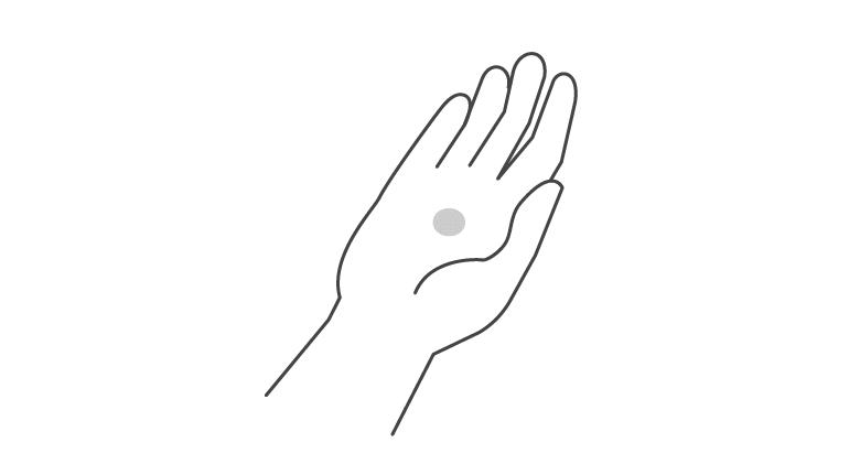 1.洗顔後または化粧水、美容液を使用後に適量(やや大きめのパール粒大)を手にとります。
