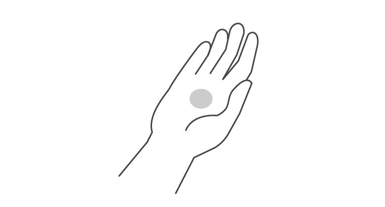 1.洗顔後、手のひらに適量(500円玉大)を取ります。